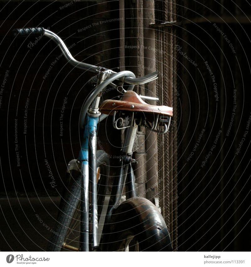 klimaschützer Fahrrad Oldtimer Rad Hinterhof Gitter Einfahrt Abstellplatz Student Studium Billig ökologisch Klimaschutz Gummi Silhouette Ständer Mauer Rücklicht