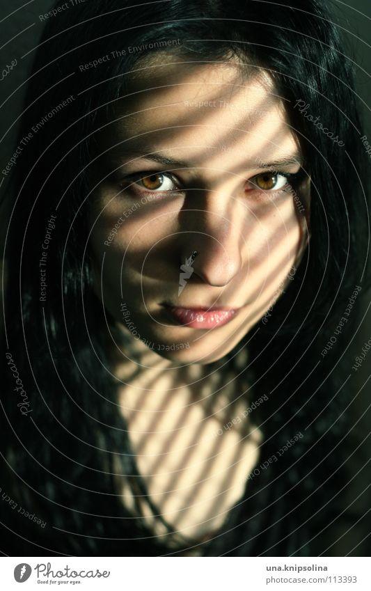 penumbra Frau Jugendliche schwarz Gesicht Erwachsene dunkel hell braun Junge Frau 18-30 Jahre geheimnisvoll Lichtspiel schwarzhaarig Lichtstrahl dunkelhaarig