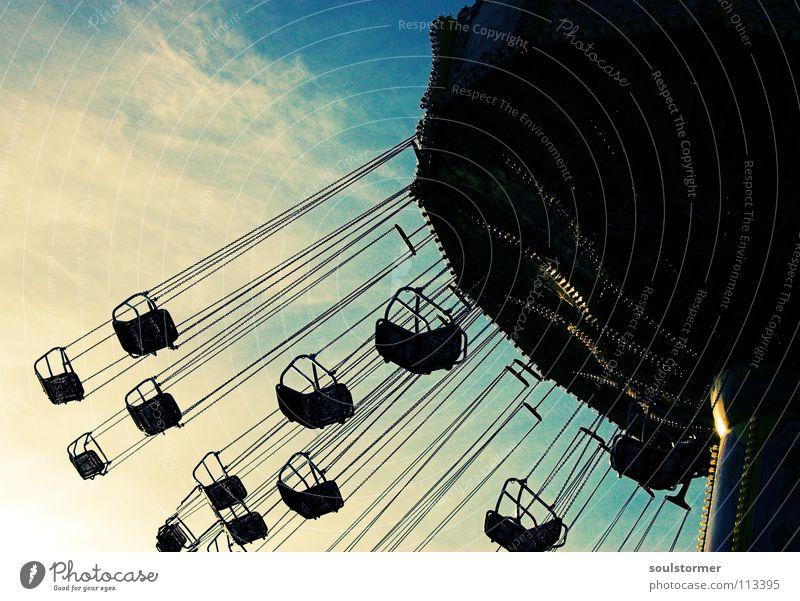 bis zum Brechreiz... Himmel blau weiß Freude Wolken schwarz dunkel Kindheit fliegen drehen Jahrmarkt Sitzgelegenheit Kette Dom Karussell Jugendkultur