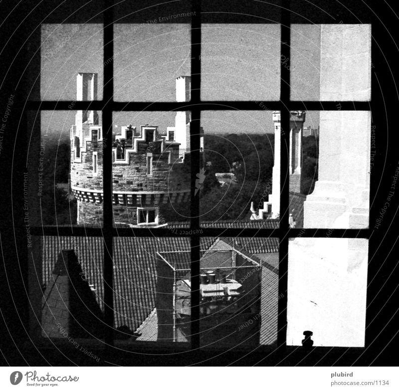 Das Fenster zur Burg weiß historisch Burg oder Schloss schwrz