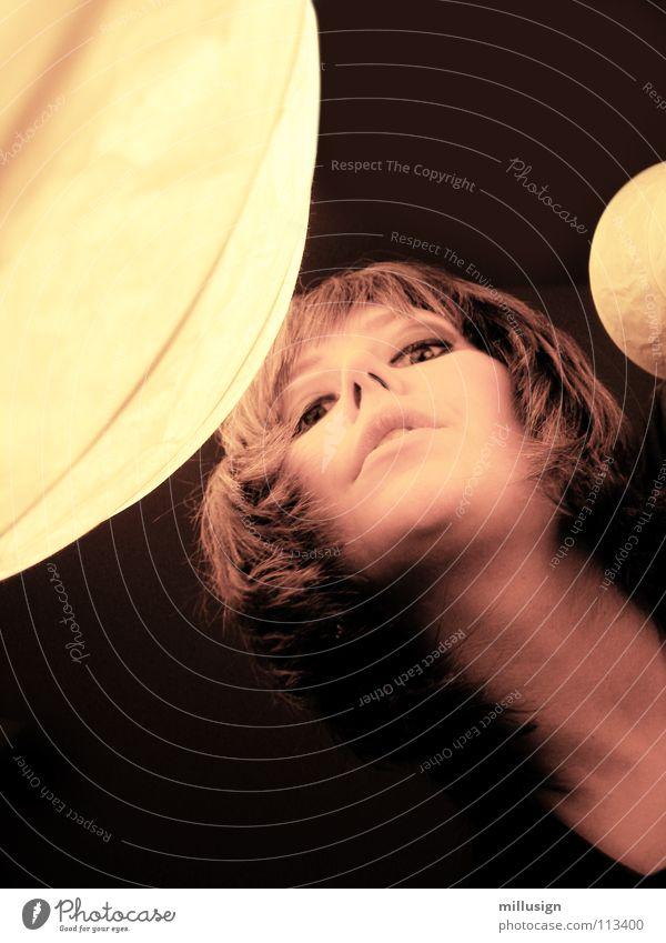 kuckuck Lampe Frau Licht Siebziger Jahre Froschperspektive dunkel Nasenloch