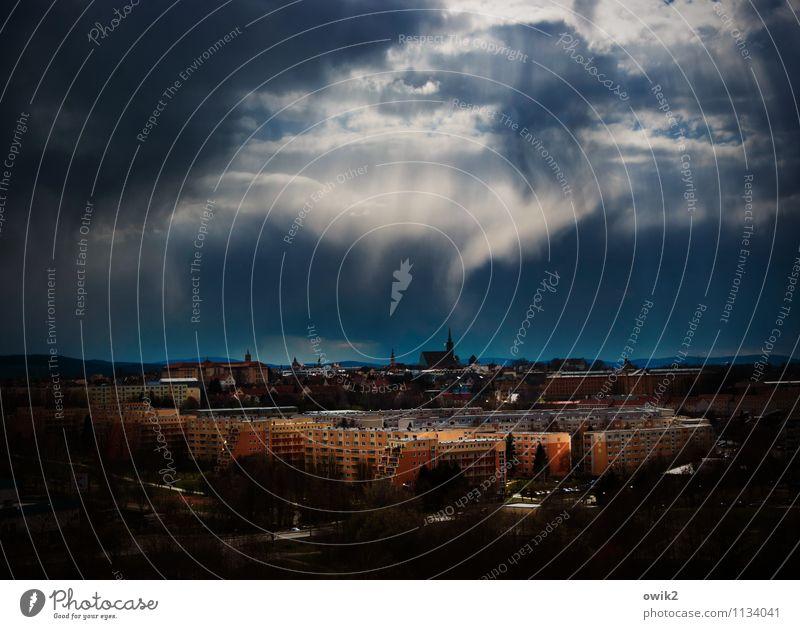 Berührung Umwelt Gewitterwolken Horizont Klima Wetter Unwetter Sturm Regen Kleinstadt Skyline bevölkert Haus Kirche Bauwerk Gebäude Plattenbau Stadtteil