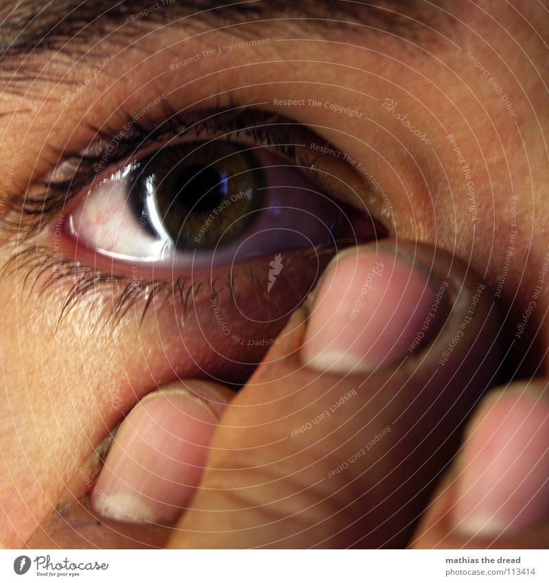 Träne II Trauer Wimpern feucht Sorge Reinigen Finger Fingernagel Angst Panik Verzweiflung Tränen weinen Auge Gesicht Detailaufnahme Traurigkeit Wasser laufen