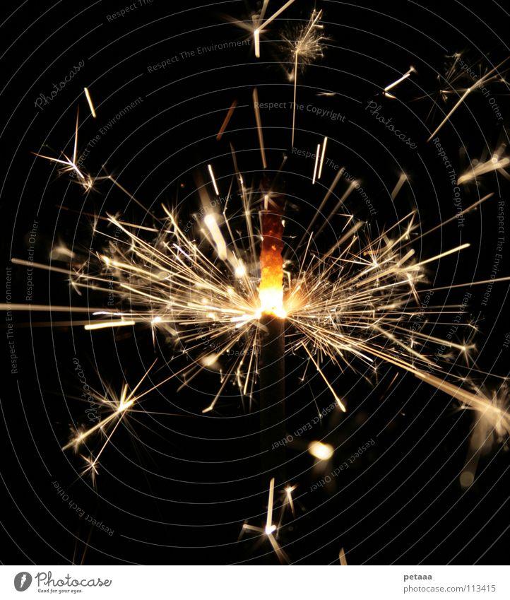 Funkenregen I Weihnachten & Advent Freude schwarz gelb Lampe dunkel Party hell Feste & Feiern glänzend Brand Feuer Silvester u. Neujahr Feuerwerk brennen glühen