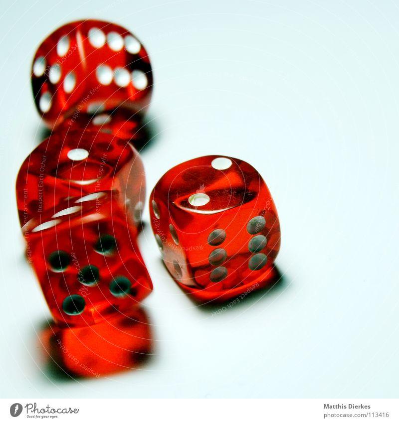 Rolling Dice III Hand Freude Auge Spielen Bewegung Glück Rücken Würfel Erfolg gefährlich Finger bedrohlich fallen Risiko Sturz Dame