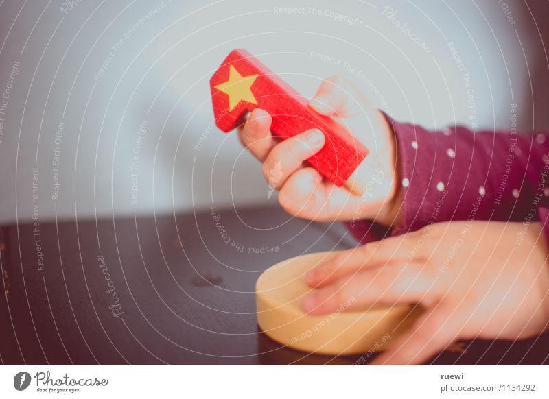 1.1 Mensch Kind rot Hand Freude Leben Holz Glück Wachstum Kindheit Geburtstag Beginn Baby Stern (Symbol) berühren