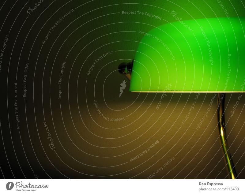 Grünes Licht! grün Lampe Arbeit & Erwerbstätigkeit gold Schreibtisch Möbel gemütlich Arbeitsplatz spät Poker