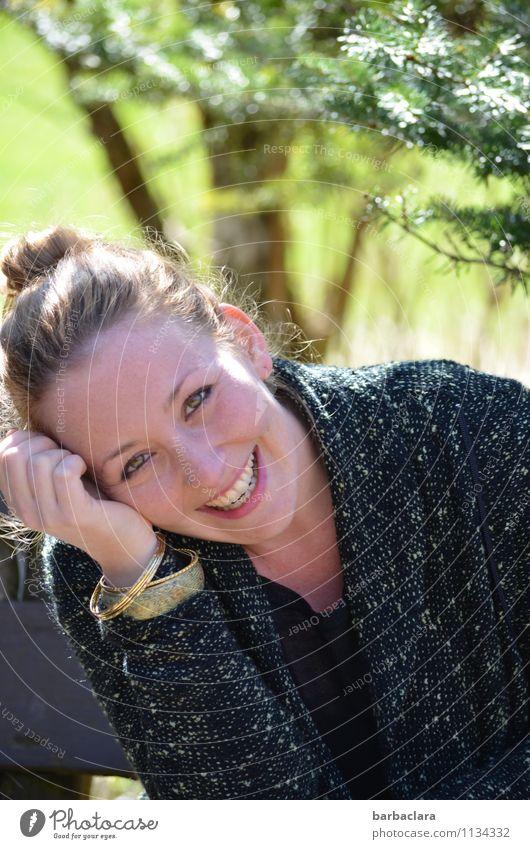 Endlich draußen sitzen Mensch Frau Natur schön grün Baum Wald Erwachsene Frühling Gefühle Glück lachen Stimmung Park blond