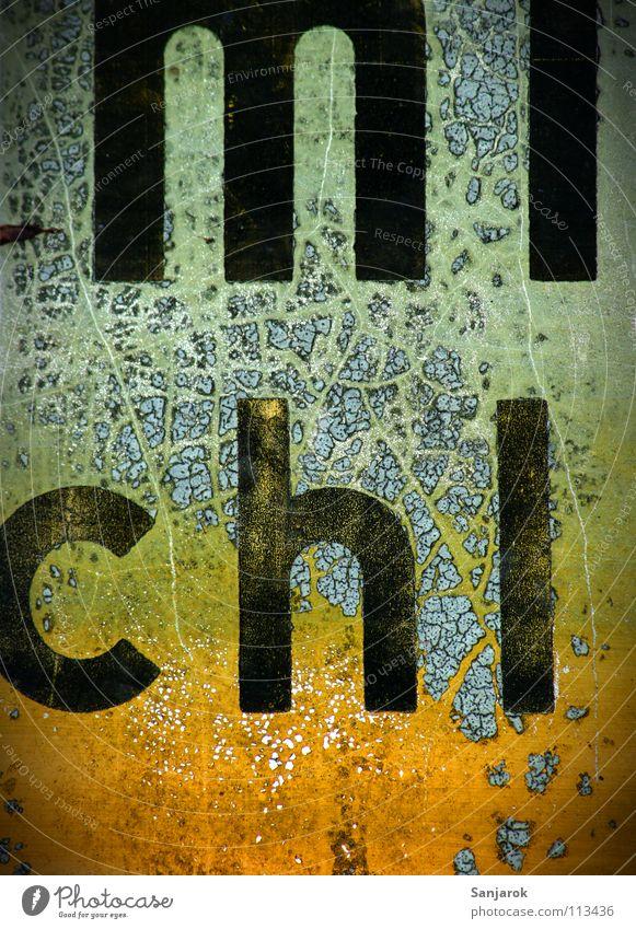 Der alte Betonmichl grün gelb orange Schilder & Markierungen Schriftzeichen Fluss Buchstaben Vergänglichkeit verfallen geheimnisvoll Bayern Rätsel verrotten