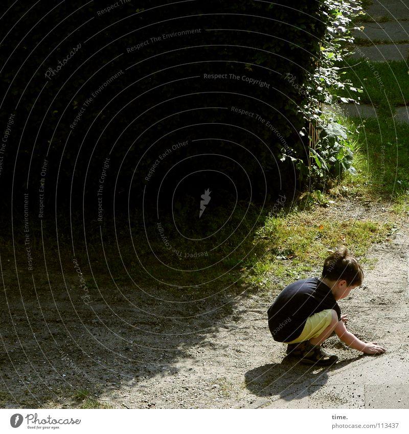 Spurensucher Kind grün Sand Sommer Hecke Spielen Gras Wiese planen Erfinden Konzentration untergehen intensiv Baustelle Junge Straße Wege & Pfade Sonne Schatten