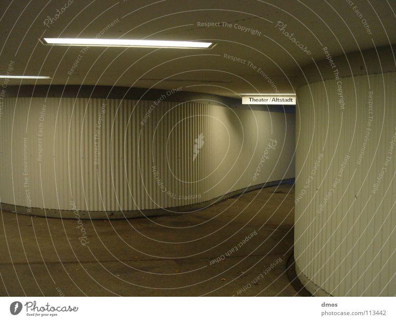 under ground weiß ruhig Einsamkeit grau Wege & Pfade Beleuchtung Schilder & Markierungen Beton leer rund Tunnel Richtung Theater Hinweisschild Furche Mischung