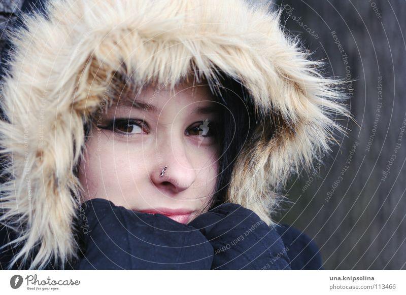winter Gesundheit Winter Junge Frau Jugendliche Erwachsene Eis Frost Mantel Piercing Handschuhe schwarzhaarig frieren kalt braun Kapuze verpackt Pelzkragen