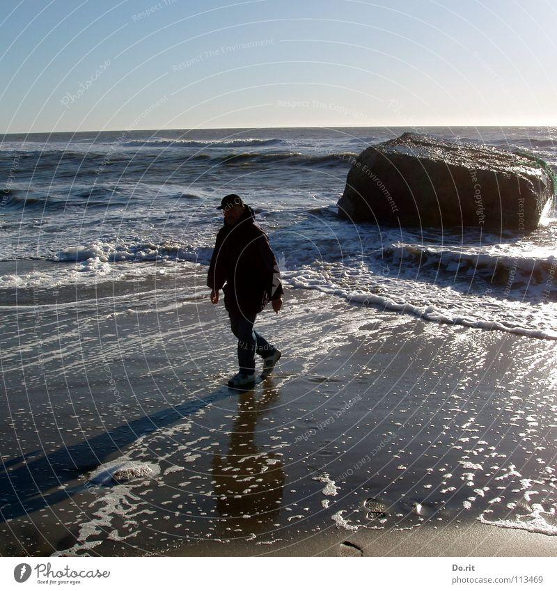 Papa on tour Mann Wasser weiß blau Sommer Strand Ferien & Urlaub & Reisen dunkel Stein Beleuchtung Wellen Küste wandern nass Felsen Spaziergang