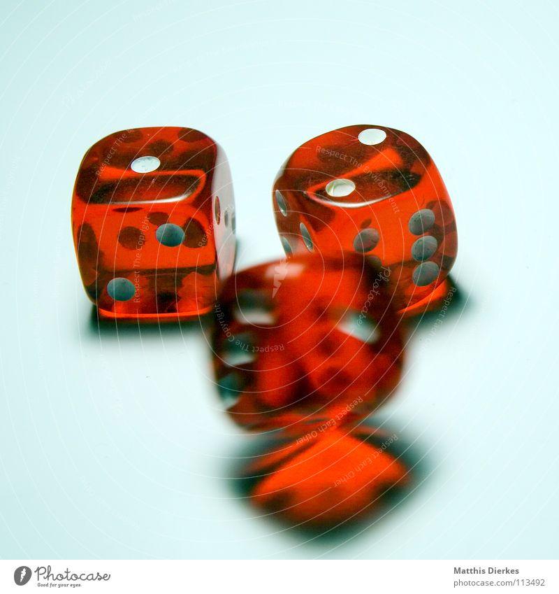 Rolling Dice IV Hand Freude Auge Spielen Glück Bewegung Würfel Freizeit & Hobby Rücken Finger 3 Erfolg gefährlich bedrohlich fallen Dame