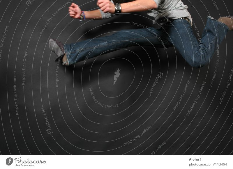 luftig hoher Hürdenlauf Mann Hand Spielen springen Beine Fuß Angst elegant Uhr gefährlich Elektrizität bedrohlich Schnur Niveau Jeanshose Asien