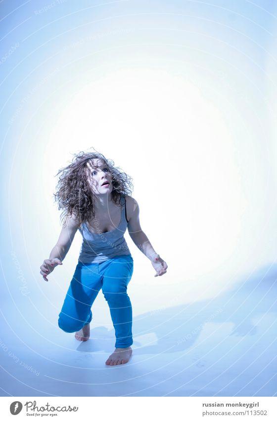 ohH? Schrecken Gesichtsausdruck Angst Neugier gefährlich springen bereit Licht hilflos Panik Jugendliche blau grauenvoll Locken Haare & Frisuren erscheckend