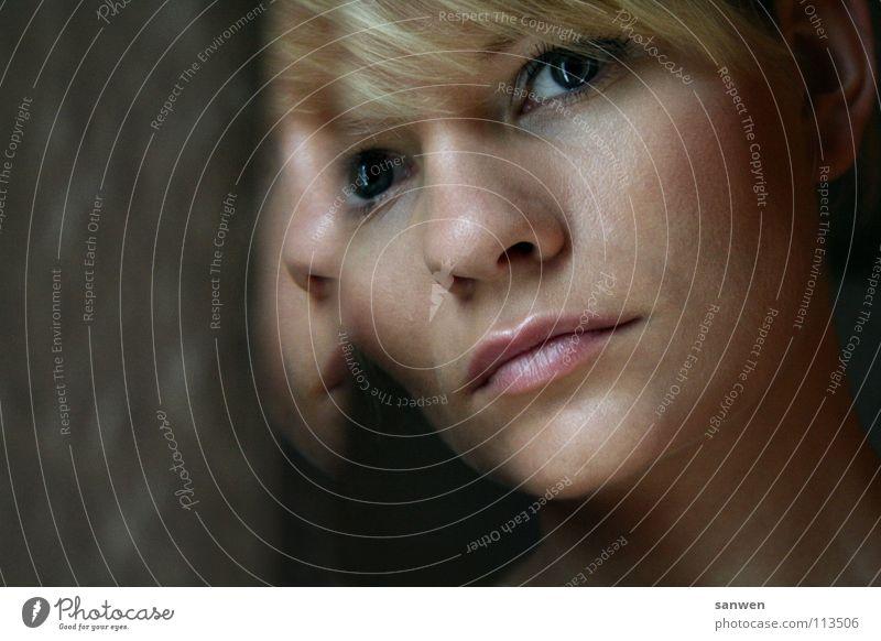 abbild Reflexion & Spiegelung Spiegelbild Physik Gedanke Denken dunkel anlehnen Starrer Blick untergehen Porträt zart Zärtlichkeiten blond Kinn Frau Wärme