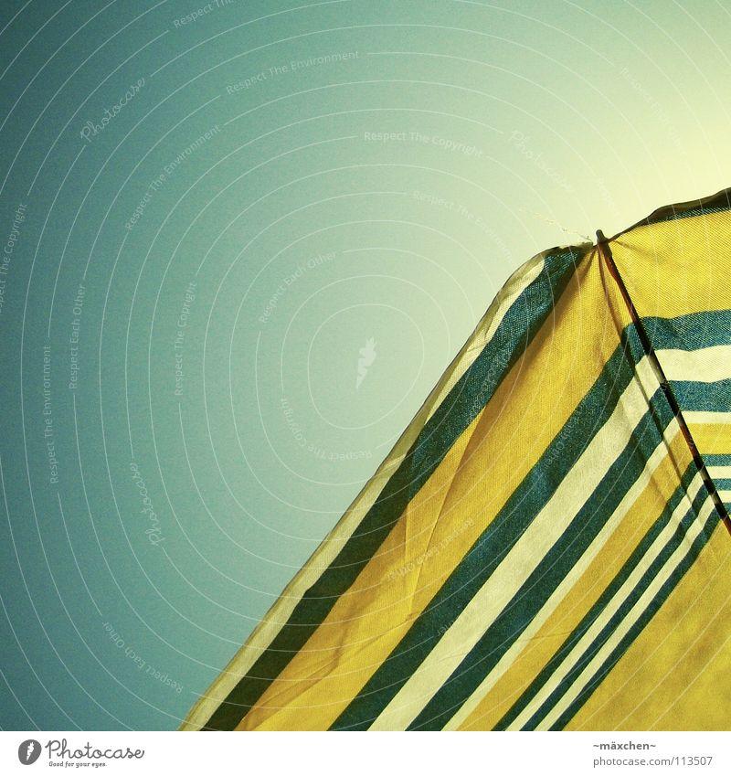 just chill II Sonnenschirm gelb weiß Himmel Strand Sommer Schnellzug Physik Sonnenbad genießen Ferien & Urlaub & Reisen Erholung Froschperspektive sunshade blau