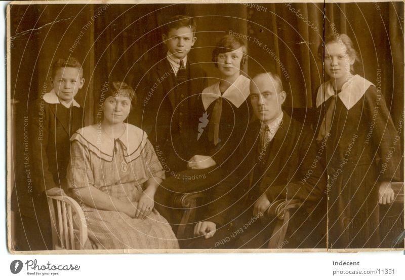 1920 Porträt Zwanziger Jahre Familie & Verwandtschaft Mädchen Vater Mutter Geschwister Menschengruppe alt Schwarzweißfoto Junge Eltern
