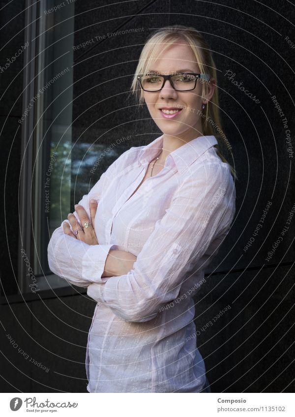 Erfolgreich im Büro Mensch Frau Jugendliche schön Freude 18-30 Jahre Erwachsene feminin Glück Schule Arbeit & Erwerbstätigkeit Business Büro blond Erfolg Fröhlichkeit