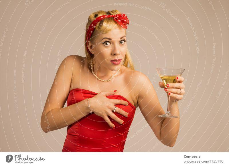 Frau erschrickt mit Sekt in der Hand Lifestyle elegant Stil Alkohol Freizeit & Hobby Nachtleben Bar Cocktailbar feminin Erwachsene 1 Mensch 18-30 Jahre