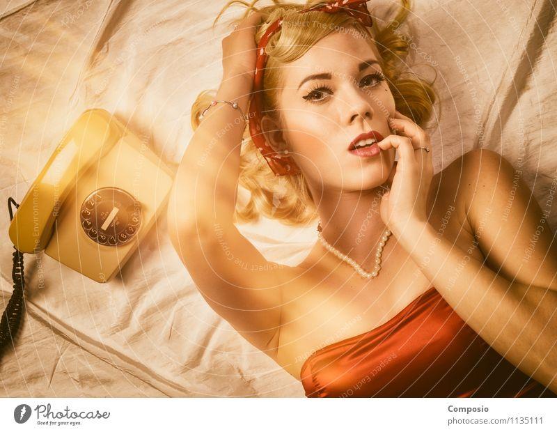 Beauty wartet auf Anruf Mensch Frau Jugendliche schön Erotik Freude 18-30 Jahre Erwachsene feminin träumen orange blond Telekommunikation Wohlgefühl Student