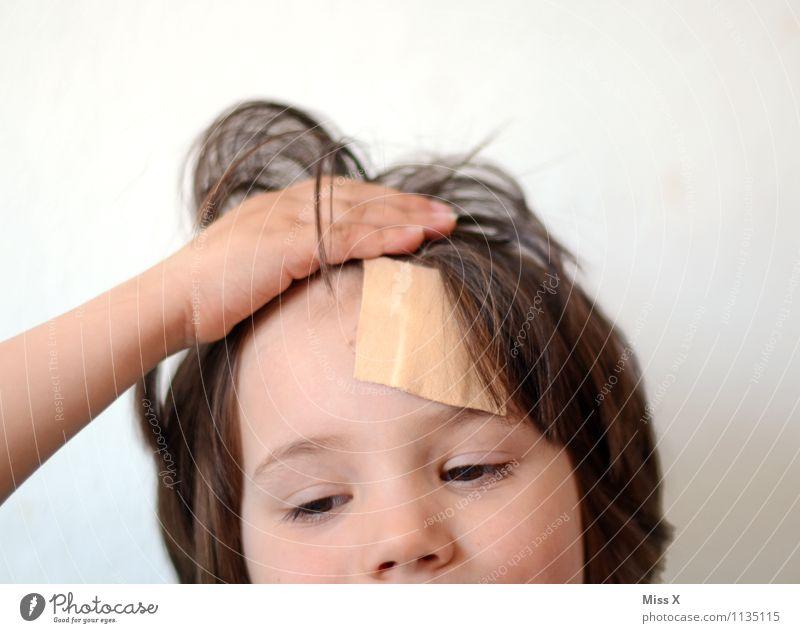 das große Aua Mensch Kind Gesicht Gefühle Junge Stimmung Kopf Kindheit Krankheit Schmerz Sturz brünett Kleinkind Pony Erste Hilfe Wunde