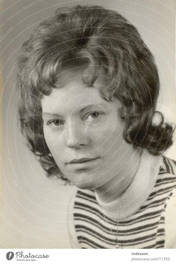In jungen Jahren Siebziger Jahre Kurzhaarschnitt Porträt Frau 1973 Schwarzweißfoto Kind