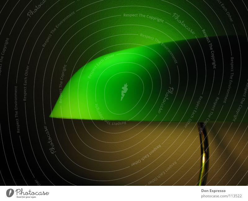 Grünes Licht #2 - Grüner wirds nicht! grün Lampe Arbeit & Erwerbstätigkeit gold Schreibtisch gemütlich Arbeitsplatz spät Poker
