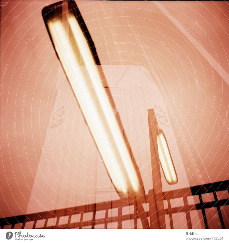 Zugdurchgangsverkehr mit Lampe Metall Lampe orange Eisenbahn Verkehr fahren violett Gleise Geländer Station U-Bahn Doppelbelichtung Anlegestelle Eisen Neonlicht Filmmaterial