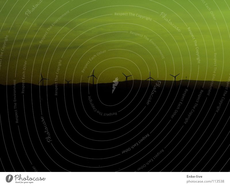grüüüner Wind Himmel grün schwarz Wolken Berge u. Gebirge Feld Horizont Luftverkehr Windkraftanlage Abenddämmerung Berliner Fernsehturm
