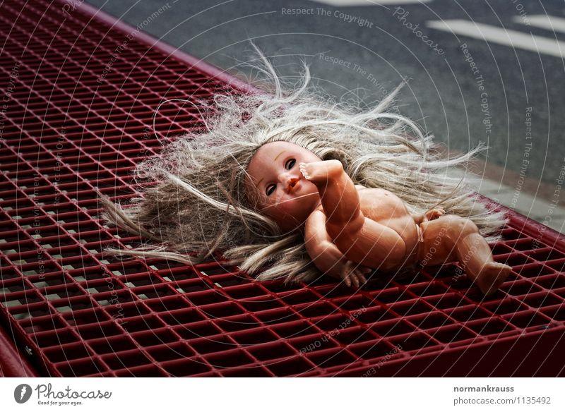 Jeanny Spielzeug Puppe liegen Mitgefühl Traurigkeit Schmerz Angst Entsetzen Endzeitstimmung nackt Trauer jeanny abgelegen puppenhaare vergessen ohne kleider