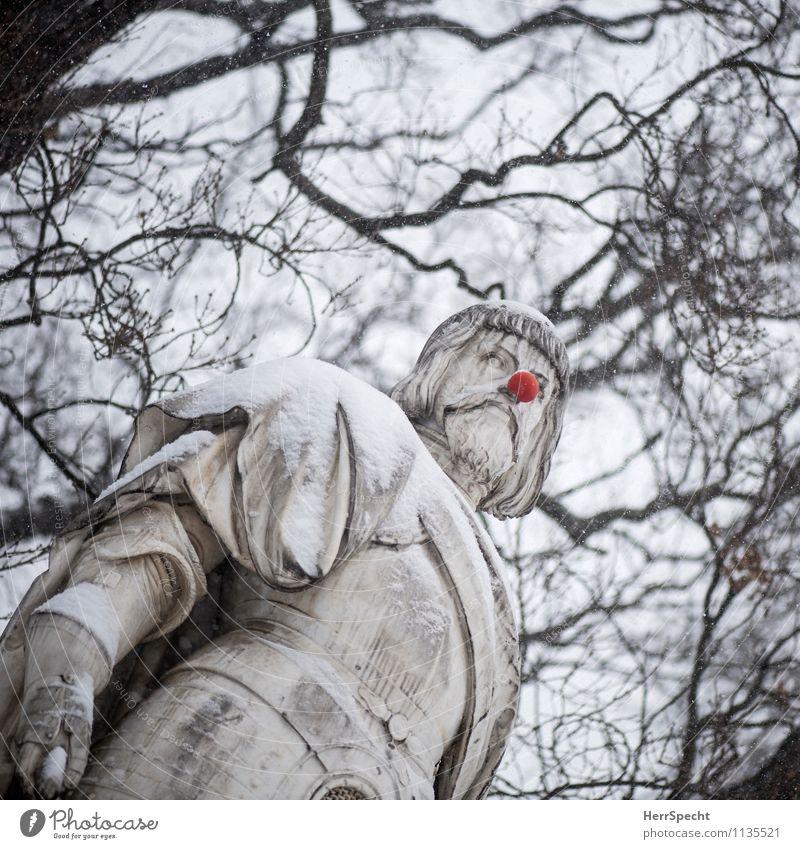 Spaßvogel Kunst Skulptur Himmel Winter Schnee Baum Wien Denkmal lustig rund rot Statue Clown Nase Witz Schneedecke Neigung verrückt Rathausplatz