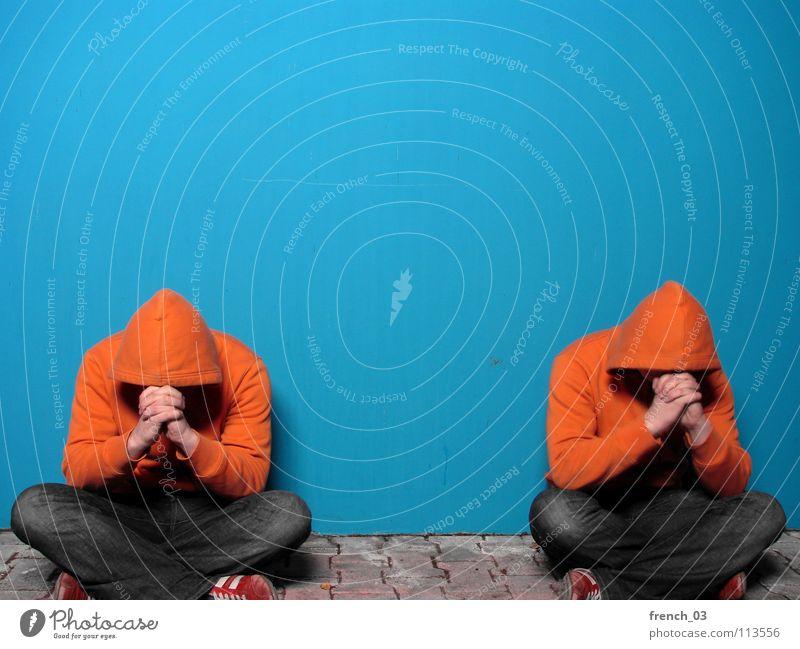 desperate Westendgirls Mensch Hand Jugendliche blau Farbe Wand grau Mauer See Schuhe Religion & Glaube orange maskulin Beton sitzen Bekleidung