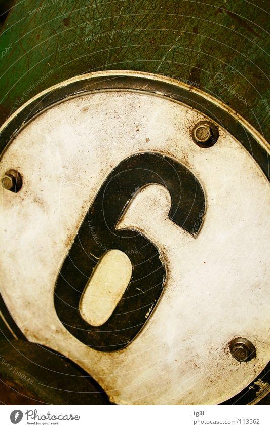 falsche neun Ziffern & Zahlen Anordnung Binärcode 6 9 gebrochen Buchstaben Blech Aluminium Schraube Befestigung grün schwarz rund weiß Geometrie flach 3 Am Rand