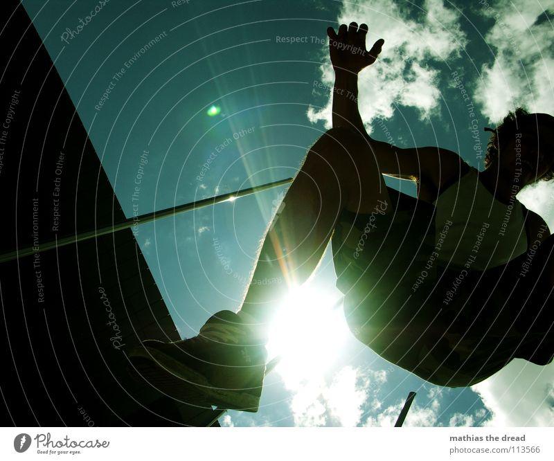 TO Himmel Mann Freude Wolken Spielen springen Beine fliegen Arme hoch Aktion zyan