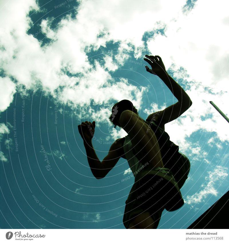 I Himmel Mann Freude Wolken Spielen springen Beine fliegen Arme hoch Aktion zyan