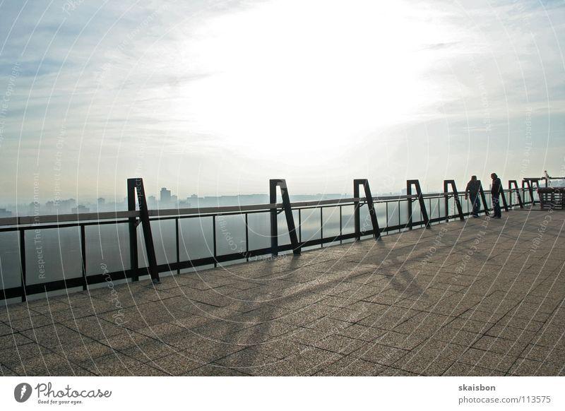 dachterasse: deal Stadt Mittag Mittagssonne Nebel Silhouette Gelände Dach Gegenlicht Herbst Skyline Himmel Paar Sonnenlicht Textfreiraum oben Dachterrasse