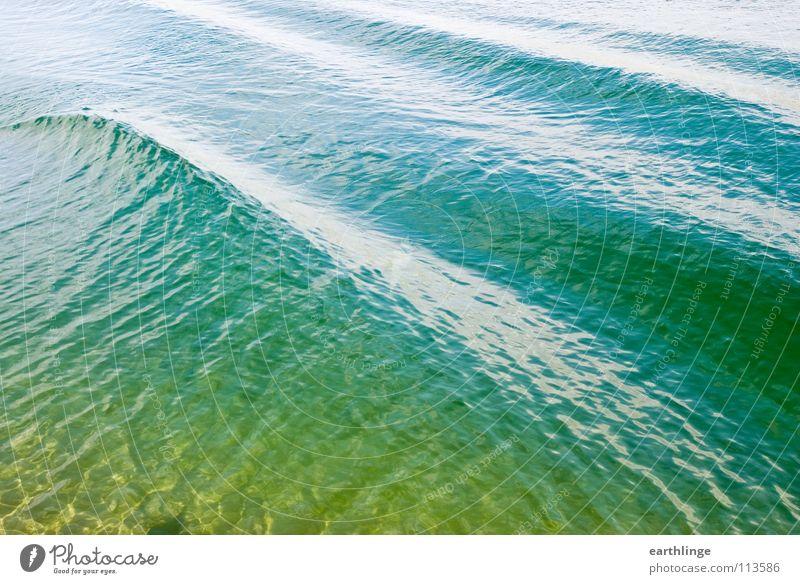 Der Kanal hat sich gewellt 2 Querformat Farbfoto Digitalfotografie Oberfläche grün Reflexion & Spiegelung Wellen Glätte ruhig Pause gelb glänzend Verkehrswege