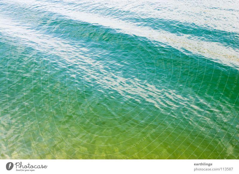 Der Kanal hat sich gewellt 3 Querformat Farbfoto Digitalfotografie Oberfläche grün Reflexion & Spiegelung Wellen Glätte ruhig Pause gelb glänzend Verkehrswege