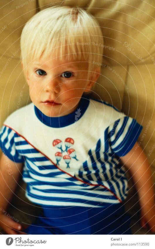 Kleiner Fratz Kind Mädchen weiß Gesicht Auge gelb Spielen Mund blond klein Nase sitzen süß Ohr niedlich Pullover