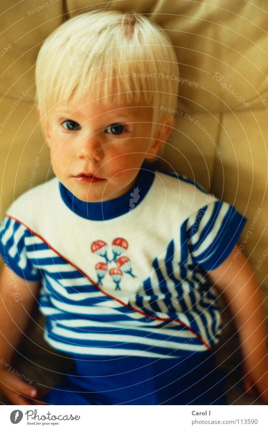 Kleiner Fratz Mädchen blond weiß Pullover Rehauge gestreift gelb niedlich süß klein Spielen Kind Kleinkind Blick sitzen Auge Nase Ohr Mund bubenhaft Gesicht