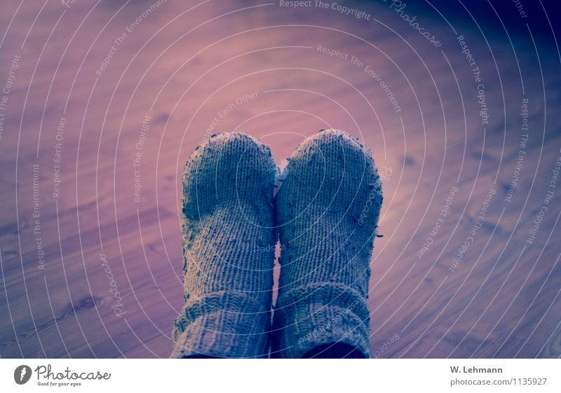 Füße / Socken / Alt Wellness Duft Mode Strümpfe Wolle Echte Wolle Armut dreckig gruselig blau braun Farbfoto Innenaufnahme Experiment Menschenleer Abend
