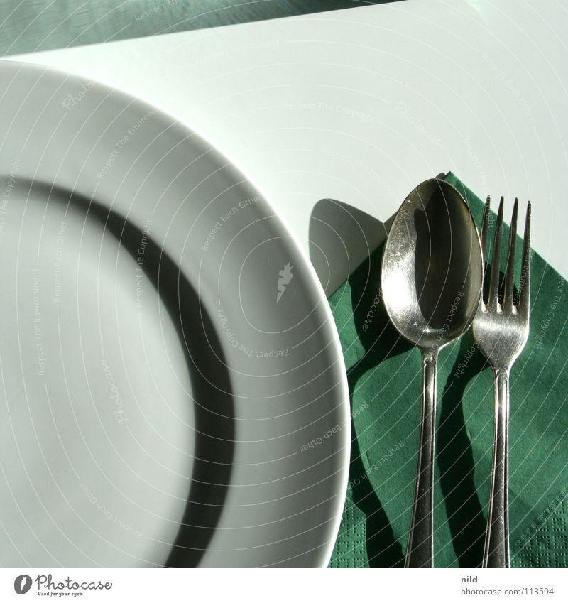 warten auf pasta Appetit & Hunger Tisch Besteck Teller graphisch aufräumen Sonnenlicht Quadrat rund Halbkreis Löffel Gabel Serviette grün weiß Ernährung einfach