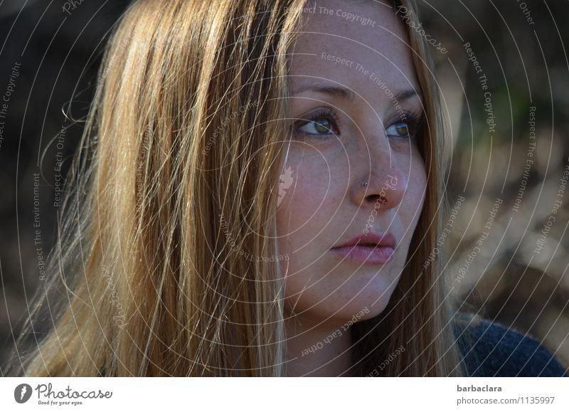 besinnlich Mensch Frau schön Erwachsene Traurigkeit Gefühle feminin träumen blond Sehnsucht langhaarig Sommersprossen Sinnesorgane Mitgefühl