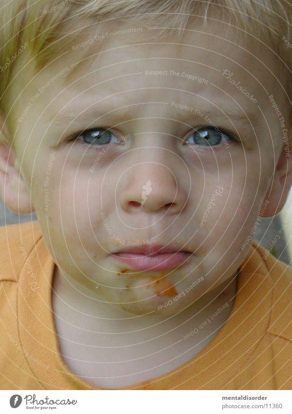 Ich bin soooooo lieb. Kind dreckig T-Shirt gelb grün grau Trauer Fragen Wimpern Auge mud Nase Ohr Haare & Frisuren blau Blick Traurigkeit Hals Zweifel