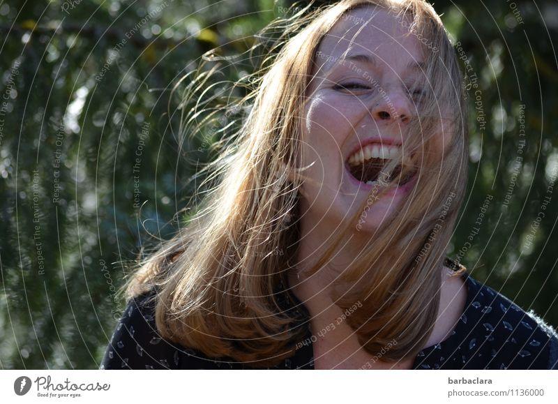 nie wieder   esse ich von diesen Pilzen Frau Natur Jugendliche Junge Frau Wald Erwachsene Gefühle feminin Glück lachen Stimmung wild blond Fröhlichkeit verrückt