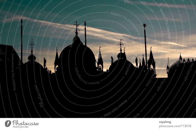 san marco schwarz Sonnenaufgang Bauwerk Markusplatz Platz dunkel Silhouette Fahnenmast Venedig Italien Turm Dach Morgen Frieden ruhig San Marco Basilica
