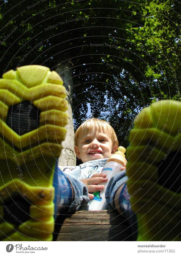 Gummistiefel Kind Wasser Baum grün Gesicht gelb Wald lachen Schuhe klein laufen sitzen Perspektive trinken Flasche