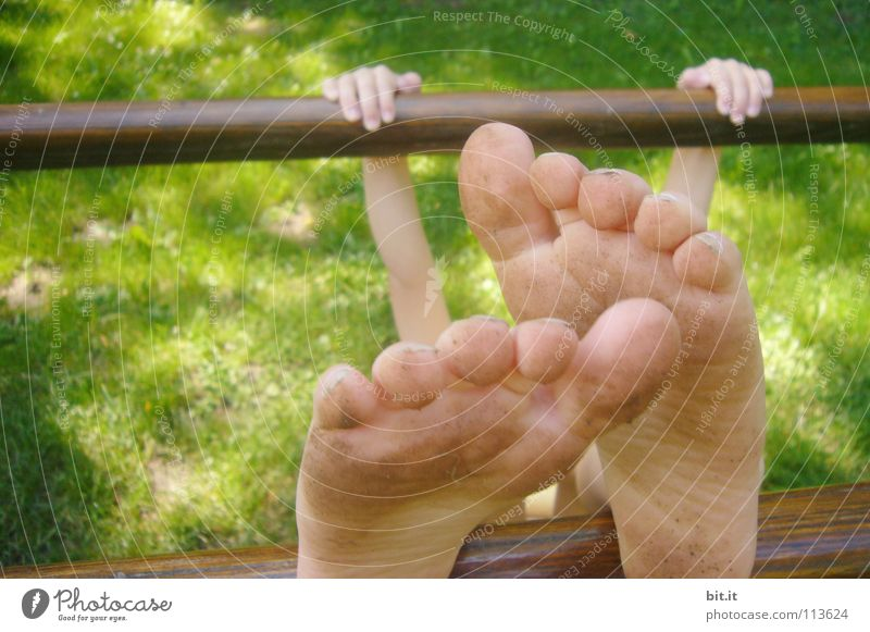 200 UNÜBERTRIEBEN Kind Sommer Ferne Spielen Fuß Beine lustig klein groß Perspektive Bad Schwimmbad nah Bildung Zehen Turnen